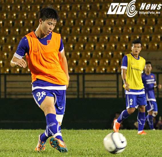 Với khả năng điều phối bóng tốt, Đỗ Duy Mạnh (áo cam) đang là niềm hi vọng số 1 của hàng tiền vệ U23 Việt Nam (ảnh: Hoàng Tùng)