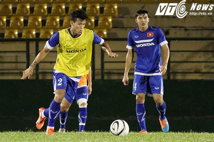 HLV Miura đang thử nghiệm hậu vệ phải Thanh Hiền (áo vàng) và trung vệ Duy Khánh ở trung tâm hàng tiền vệ (Ảnh: Hoàng Tùng)
