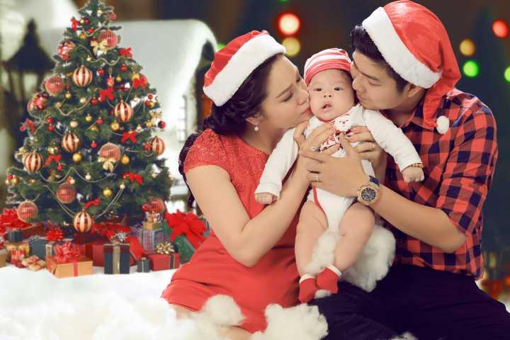 Trong lễ Giáng sinh đầu tiên của Bé Tiin từ khi chào đời, vợ chồng nam ca sĩ đã thực hiện bộ ảnh gia đình ấm áp.