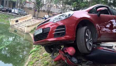 Sự việc xảy ra vào khoảng 12h ngày 23/12 tại khu vực hồ Láng Thượng (Đống Đa, Hà Nội). Vào thời điểm trên, người phụ nữ khoảng 40 tuổi điều khiển chiếc xe ô tô màu đỏ vào khu vực cổng sau Bệnh viện Phụ sản Hà Nội.
