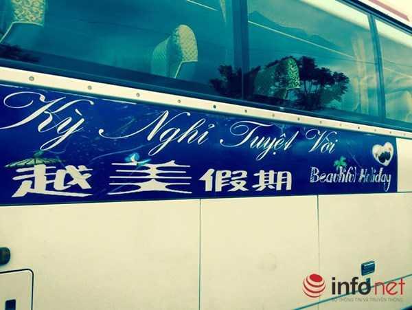 ...được xe của Công ty du lịch Kỳ nghỉ tuyệt vời đưa đến mua sắm tại showroom H.A Cao su thiên nhiên ở 148 Xuân Thủy (Ảnh do độc giả Nguyễn Nho Văn Khanh cung cấp)