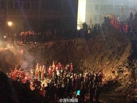 Lực lượng cứu hộ tại hiện trường vụ lở đất