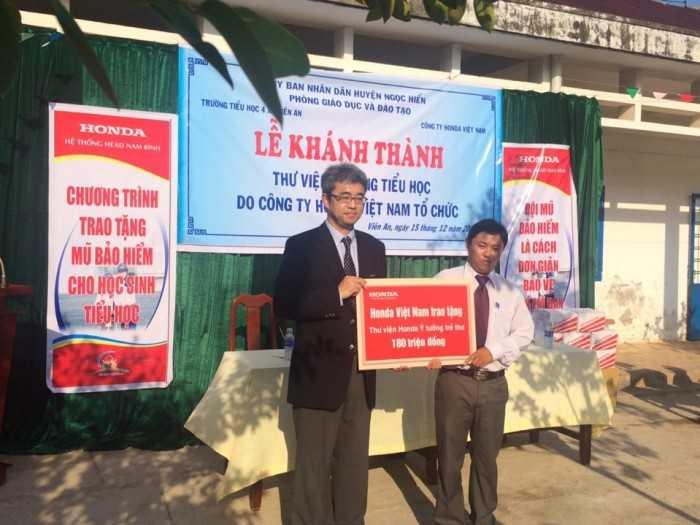 Trao tặng 10 thư viện đạt chuẩn Quốc gia cho 10 trường tiểu học khó khăn trên cả nước.