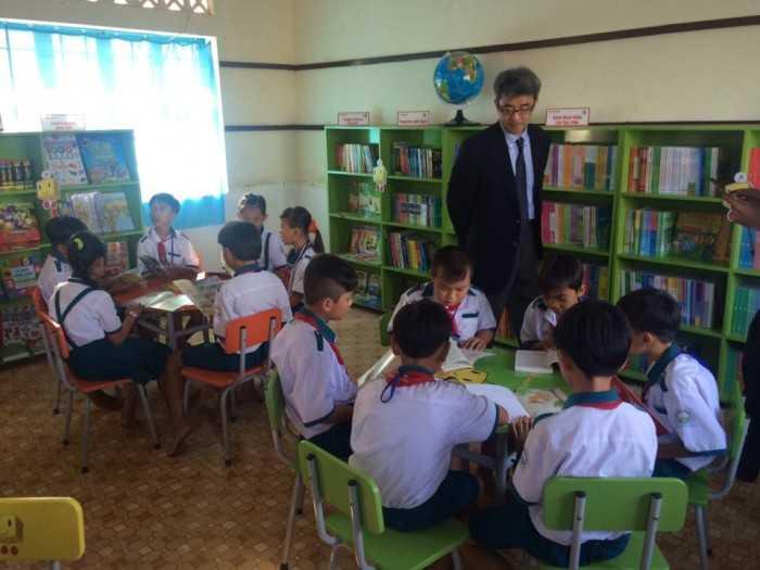 Học sinh thích thúc khi mỗi ngày lên thư viện đọc sách, có thêm kiến thức và kỹ năng sống.