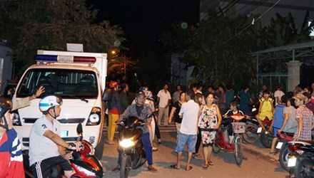 Nhiều người đến xem cảnh sát khám nghiệm hiện trường. Ảnh: Nguyệt Triều/VnExpress