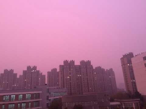 Bầu trời Nam Kinh tím nhờ nhờ vì ô nhiễm - Ảnh: AFP