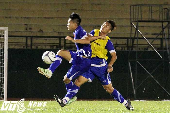 BHL U23 Việt Nam nhắc nhở các cầu thủ tránh tối đa các pha va chạm quyết liệt quá mức cần thiết (ảnh: Hoàng Tùng)