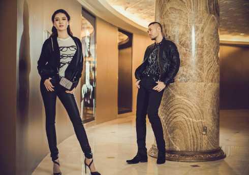 Cặp đôi có những shoot hình đẹp giữa bối cảnh sang trọng của một trung tâm thương mại.