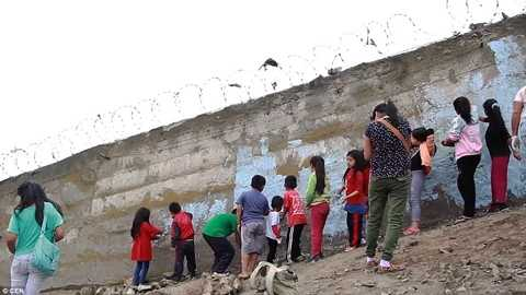 Người nghèo ở San Juan de Miraflores đang trang trí cho bức tường khỏi xám xịt