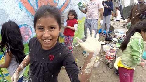 Một bé gái ở khu vực con nhà nghèo