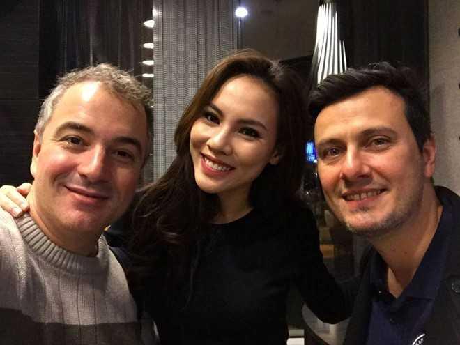 Henrique Fontes (trái) chụp chung với Nguyễn   Thị Lệ Quyên - đại diện Việt Nam tham dự Miss Supranational 2015 tại Ba   Lan. Ảnh: FBNV