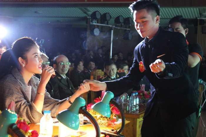 Chàng trai đã thể hiện màn ảo thuật bói bài khiến cả hội trường ngỡ ngàng bởi sự điêu luyện của đôi bàn tay.