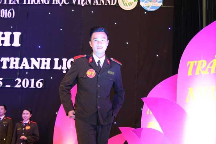 Thành Tuân trong phần thi Trang phục áo ngành cuộc thi