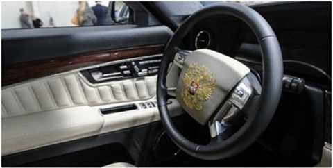 Vô-lăng xe được gắn phù hiệu Tổng thống