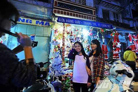 Ngày lễ Noel còn là dịp để các bạn trẻ tụ tập, hòa mình vào không khí nhộn nhịp của Giáng sinh dưới ánh đèn lộng lẫy trên đường phố.