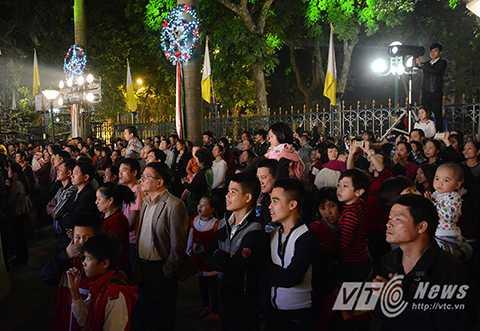 Buổi biểu diễn thu hút được sự quan tâm của rất đông người dân.