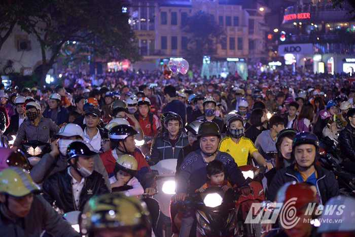 Ngay từ đầu giờ tối, tại khắp các ngả đường đổ về các con phố trung tâm hay các TTTM lớn như Hàng Bài, Hàng Khay, Bà Triệu, Đinh Tiên Hoàng, Nguyễn Trãi, Minh Khai…. đều chật kín người và phương tiện giao thông.