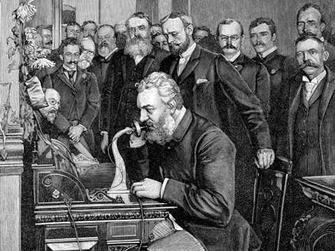 Alexander Graham Bell với chiêc điện thoại đầu tiên trong lịch sử