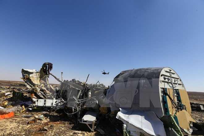 Mảnh vỡ máy bay Nga A321 tại khu vực Hassana, phía bắc Ai Cập ngày 1/11. (Ảnh: THX/TTXVN)