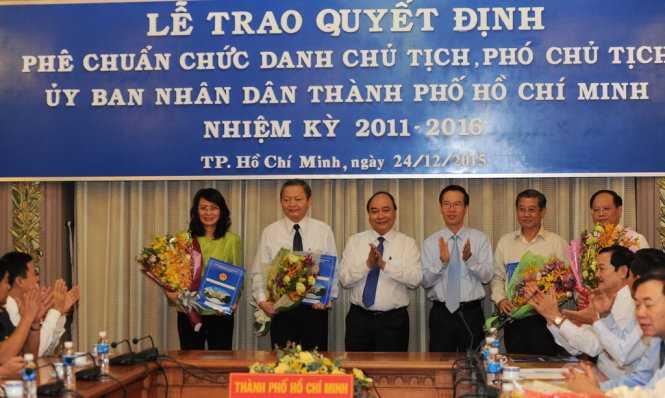 Phó Thủ tướng Nguyễn Xuân Phúc trao Quyết định phê chuẩn chức danh Phó Chủ tịch và miễn nhiệm Phó Chủ tịch UBND TPHCM cho các đồng chí lãnh đạo mới và tiền nhiệm - Ảnh: Tự Trung