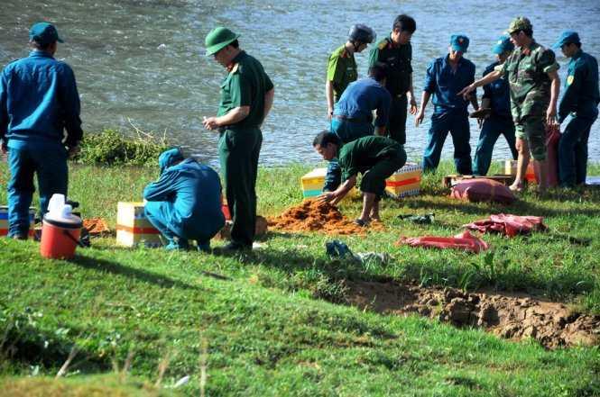 Lực lượng lấy đất trộn sơ dừa để chèn các quả đạn chống va đập mạnh. Ảnh: Lâm Thiên