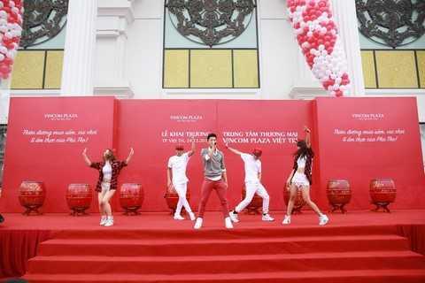 Ca sỹ Trọng Hiếu - Vietnam Idol 2015 đã làm sôi động lễ khai trương Vincom Plaza Việt Trì