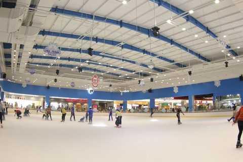 Các bạn trẻ háo hức với sân trượt băng trong nhà lớn nhất tại TP HCM