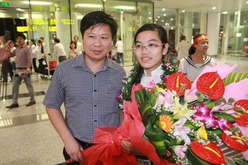 Thảo chụp ảnh cùng thầy Vũ Đức Thọ, Hiệu trưởng trường THPT Chuyên Lê Hồng Phong, TP Nam Định
