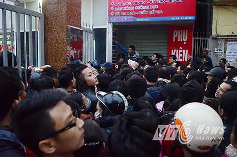Đến thời điểm 7 giờ sáng 25/12, con số người tập trung tại cổng phòng khám đã lên đến hơn 300 người.