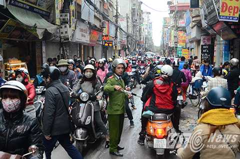 Đường Lương Thế Vinh rơi vào tình trạng ùn tắc cục bộ do lượng người đổ về đây quá đông.
