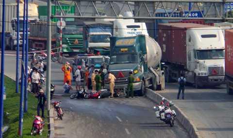 Khoảng   7h ngày 25/12 xe đầu kéo mang BSK 51C - 255.12 chở bồn gas chạy trên Xa   lộ Hà Nội. Khi vừa đổ dốc cầu   Rạch Chiếc (quận 2), chiếc xe bất ngờ đâm dải phân cách rồi lao vào đám   đông xe máy đang chờ đèn đỏ.