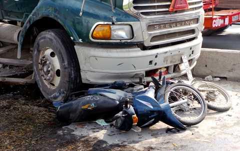Có 6 xe máy bị xe   bồn húc văng, nằm la liệt. Khoảng 7 người bị thương, trong đó hai nạn   nhân nằm dưới gầm container được mọi người kéo ra ngoài, đưa đi cấp cứu.
