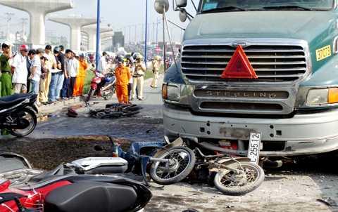 Xe máy nằm la liệt trên đường.
