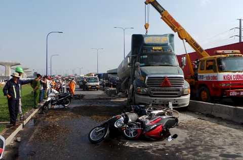 Xe cẩu được điều động giải cứu chiếc xe bồn.