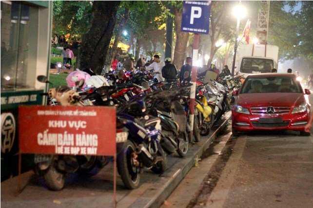 Bãi gửi ô tô, xe máy trên phố Lê Lai, gần tượng đài Lý Thái Tổ.