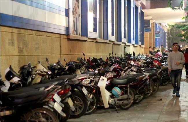 Một bãi gửi xe khác trên vỉa hè đường Đinh Tiên Hoàng, đoạn trước cửa Bưu điện Hà Nội.