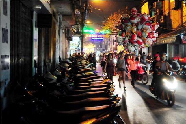 """Bãi gửi xe tự phát chiếm hết vỉa hè phố Đinh Liệt """"đẩy"""" người đi bộ xuống lòng đường."""