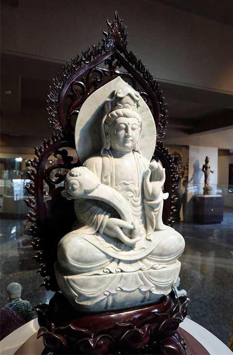 Tượng Phật Quan Âm bằng ngọc