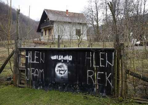 Cờ của tổ chức Nhà nước Hồi giáo tự xưng IS xuất hiện ở lối vào ngôi làng Gornja Maoca, Bosnia