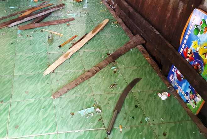 Tài sản trong nhà ông Toàn bị nhóm côn đồ đập phá hư hỏng và chúng đã vứt lại mã tấu trên sàn gạch. Ảnh: Nhật Tân.