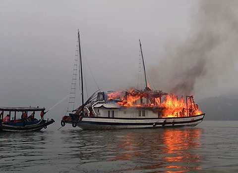 Tàu du lịch chở 17 khách nước ngoài bị cháy trên Vịnh Hạ Long - Ảnh minh họa