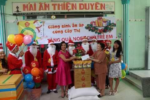 Đại diện công ty Anh Kim tặng quà cho Mái ấm Thiện Duyên.