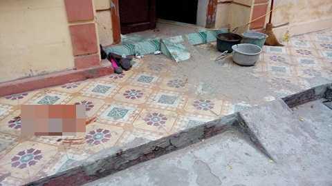 Thời điểm phát hiện, chủ nhà là ông Nguyễn Văn Chúc và vợ là Lê Thị Nhỡ đã tử vong dưới chân cầu thang, trên người có nhiều vết thương. Chủ nhà làm nghề bán vé xổ số tại địa phương.