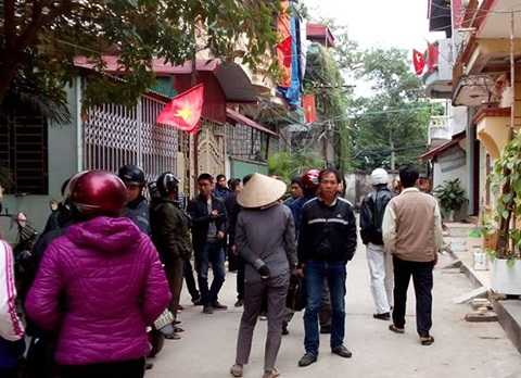 Người dân trong khu phố phá cửa vào bên trong thì phát hiện vợ chồng chủ nhà đã tử vong