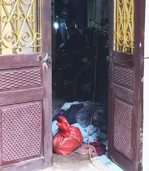 Một số người dân cho biết, thời điểm phát hiện sự việc nhiều đồ đạc trong nhà bị xáo trộn, chủ nhà tử vong ở gầm cầu thang.