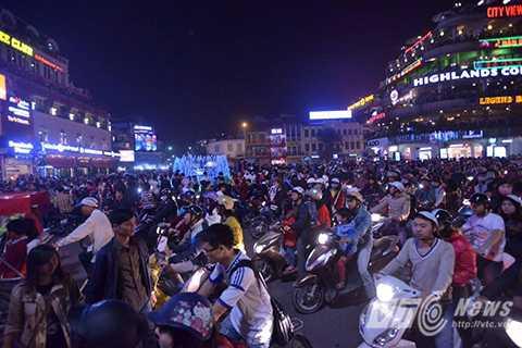 Thời điểm 22 giờ 30 phút ngày 24/12, tại khu vực trung tâm bờ hồ Hoàn Kiếm vẫn có một lượng lớn người dân đổ về đây đi chơi Noel.