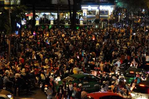 Hàng ngàn người tập trung quanh khu vực nhà thờ Đức Bà.
