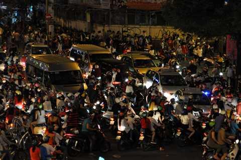 Từ 18h tối hàng ngàn người đã đổ vào trung tâm thành phố.