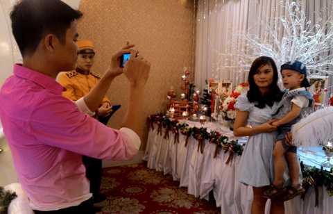 Người chồng tranh thủ đưa vợ con đi chơi và chụp hình làm kỷ niệm.