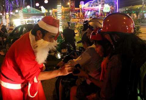 Các em nhỏ được nhận quà từ ông già Noel.